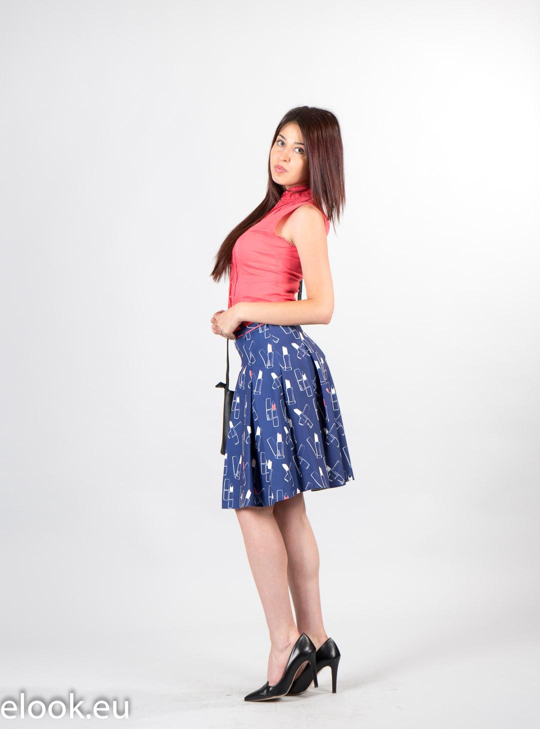 Elegant flared skirt with a fu...