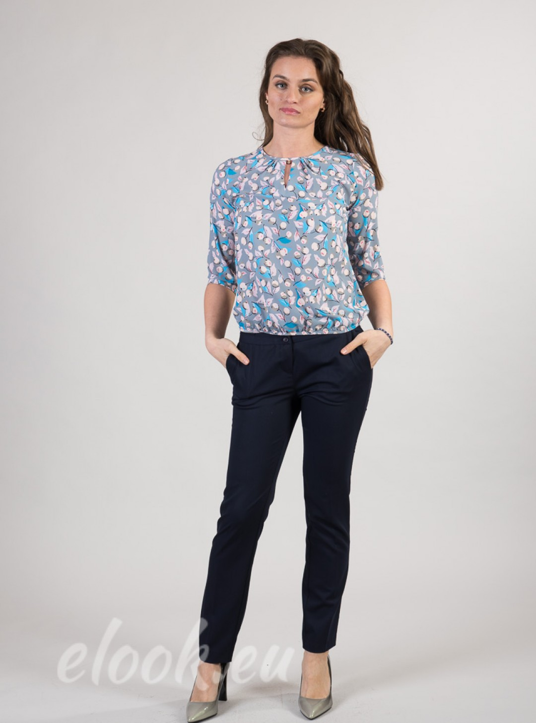 Blouse with a gathers at the n...